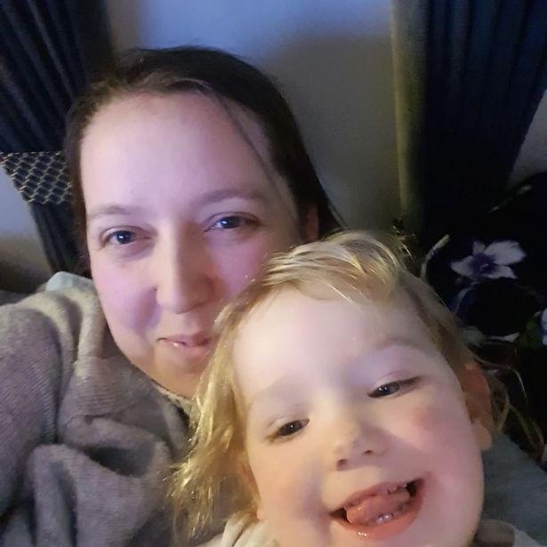 Trượt chân ngã xuống ao sâu chưa đến nửa mét ngay bên cạnh nhà, bé gái 2 tuổi đã tử vong - Ảnh 2.