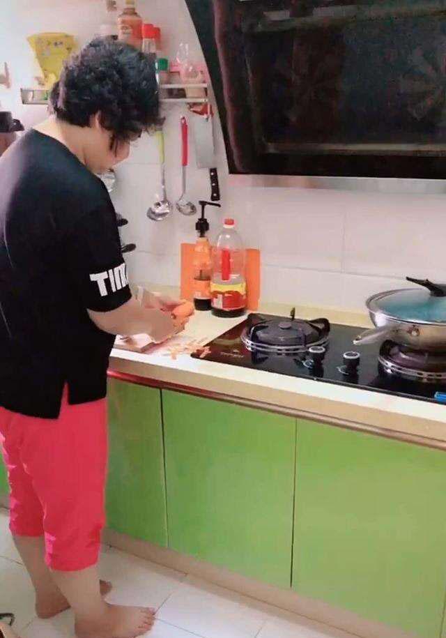 Bà bận nấu ăn trong bếp, bé trai táy máy vặt trụi lá của chậu cây cảnh bà chăm sóc bấy lâu - Ảnh 1.