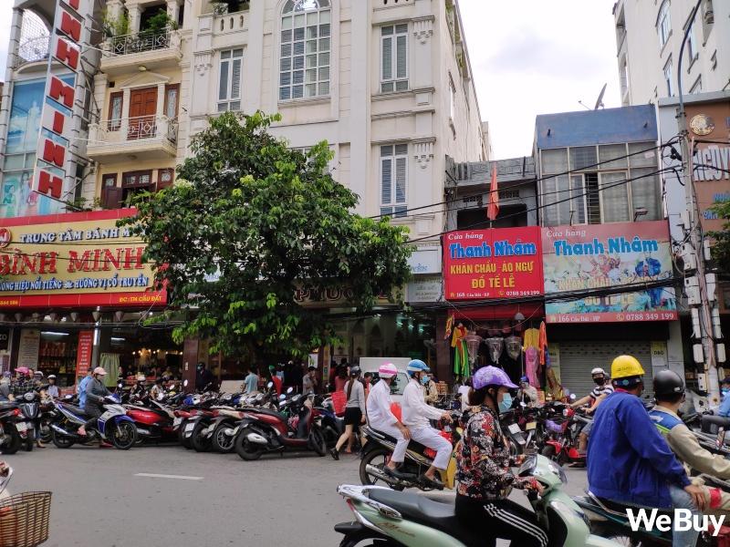 Tiệm bánh Trung thu nổi tiếng ở Hải Phòng chen chúc người mua như thời bao cấp, đông đến mức phải có công an dẹp đường - Ảnh 12.