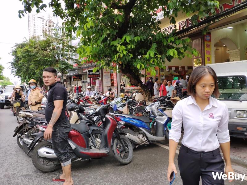 Tiệm bánh Trung thu nổi tiếng ở Hải Phòng chen chúc người mua như thời bao cấp, đông đến mức phải có công an dẹp đường - Ảnh 10.