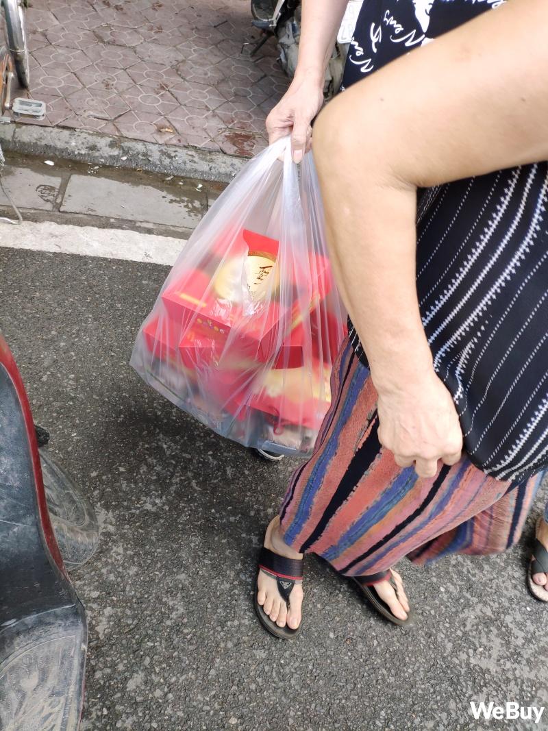 Tiệm bánh Trung thu nổi tiếng ở Hải Phòng chen chúc người mua như thời bao cấp, đông đến mức phải có công an dẹp đường - Ảnh 6.