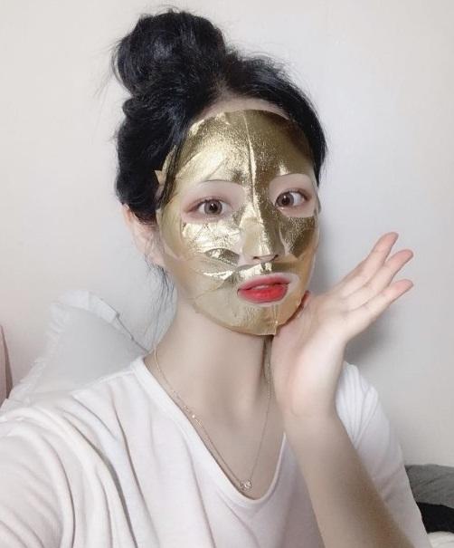 """Sự thật về những chiếc mặt nạ vàng 24K đang được chị em săn lùng: Công dụng có thực sự """"thần thánh"""" như nhiều người đồn thổi? - Ảnh 1."""