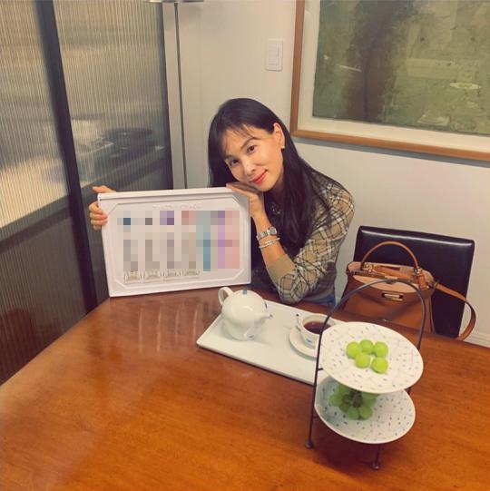 """Hơn Kim Tae Hee tận gần 10 tuổi nhưng vợ Jang Dong Gun vẫn nhận """"mưa lời khen"""" nhờ nhan sắc lão hóa ngược ở tuổi 48 - Ảnh 2."""