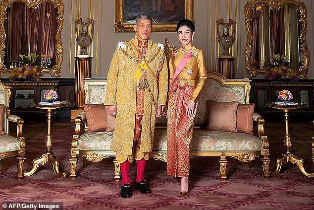 Hoàng hậu Thái Lan lần đầu xuất hiện sau khi Hoàng quý phi được phục vị, gây chú ý với vẻ ngoại hình cùng biểu cảm đặc biệt - Ảnh 4.