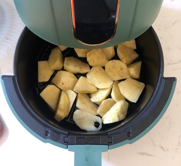 Dùng nồi chiên không dầu làm khoai tây chiên kiểu này thì ngon hết cỡ lại không sợ tăng cân - Ảnh 5.