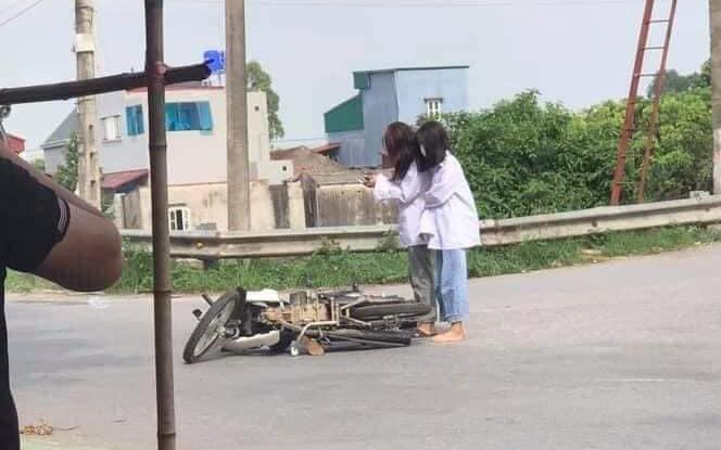Bị ngã xe giữa đường, 2 cô gái không nằm tại chỗ mà đứng phắt dậy làm một việc khiến ai cũng khó hiểu