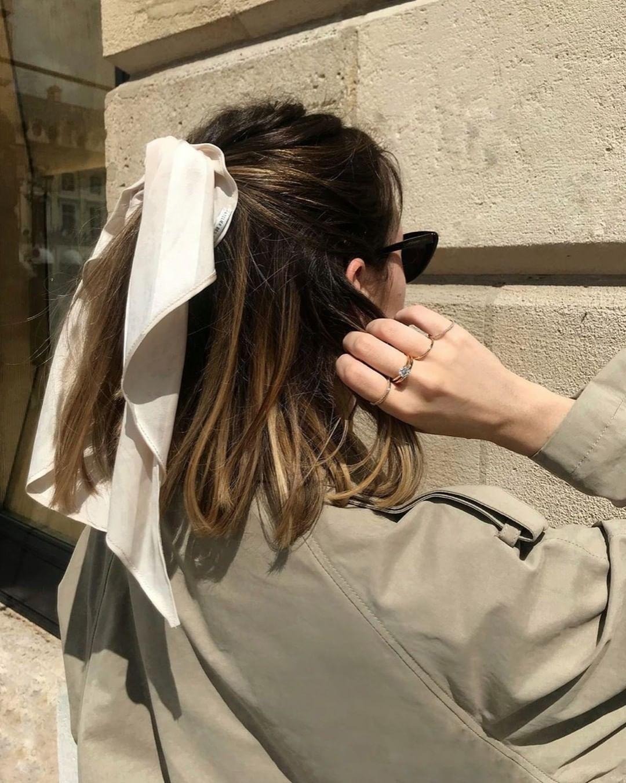 Gái Pháp mặc gì cũng sang và xinh lịm tim bởi họ rất ưu ái cho món phụ kiện nhỏ xinh này - Ảnh 13.