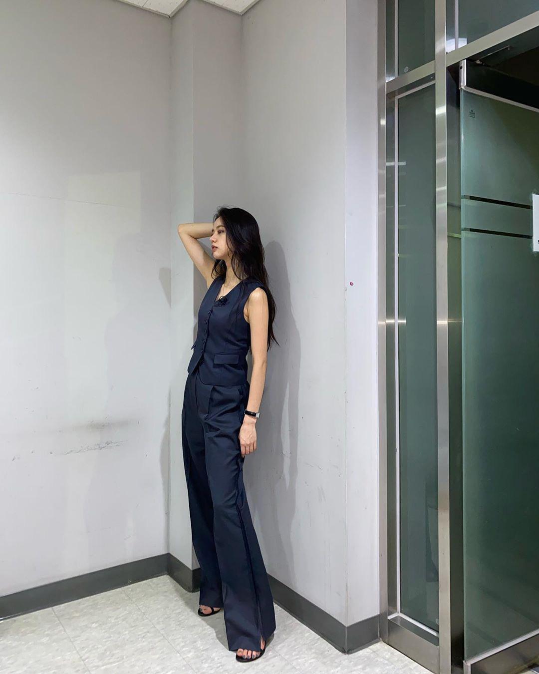 11 set đồ đời thường xinh trẻ của sao Hàn là ý tưởng mặc đẹp của chị em - Ảnh 7.