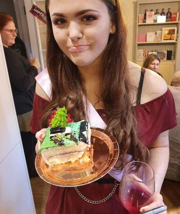 """Mẹ đặt bánh sinh nhật đặc biệt cho con gái chứa đựng một chi tiết khiến gia đình phát hoảng còn chủ nhân bữa tiệc """"cười ra nước mắt"""" - Ảnh 3."""