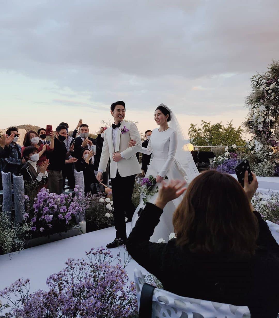Đám cưới hot nhất Kbiz hôm nay: Nam thần Kpop một thời bảnh bao bên huyền thoại Shinhwa, nhan sắc cô dâu gây bất ngờ - Ảnh 10.
