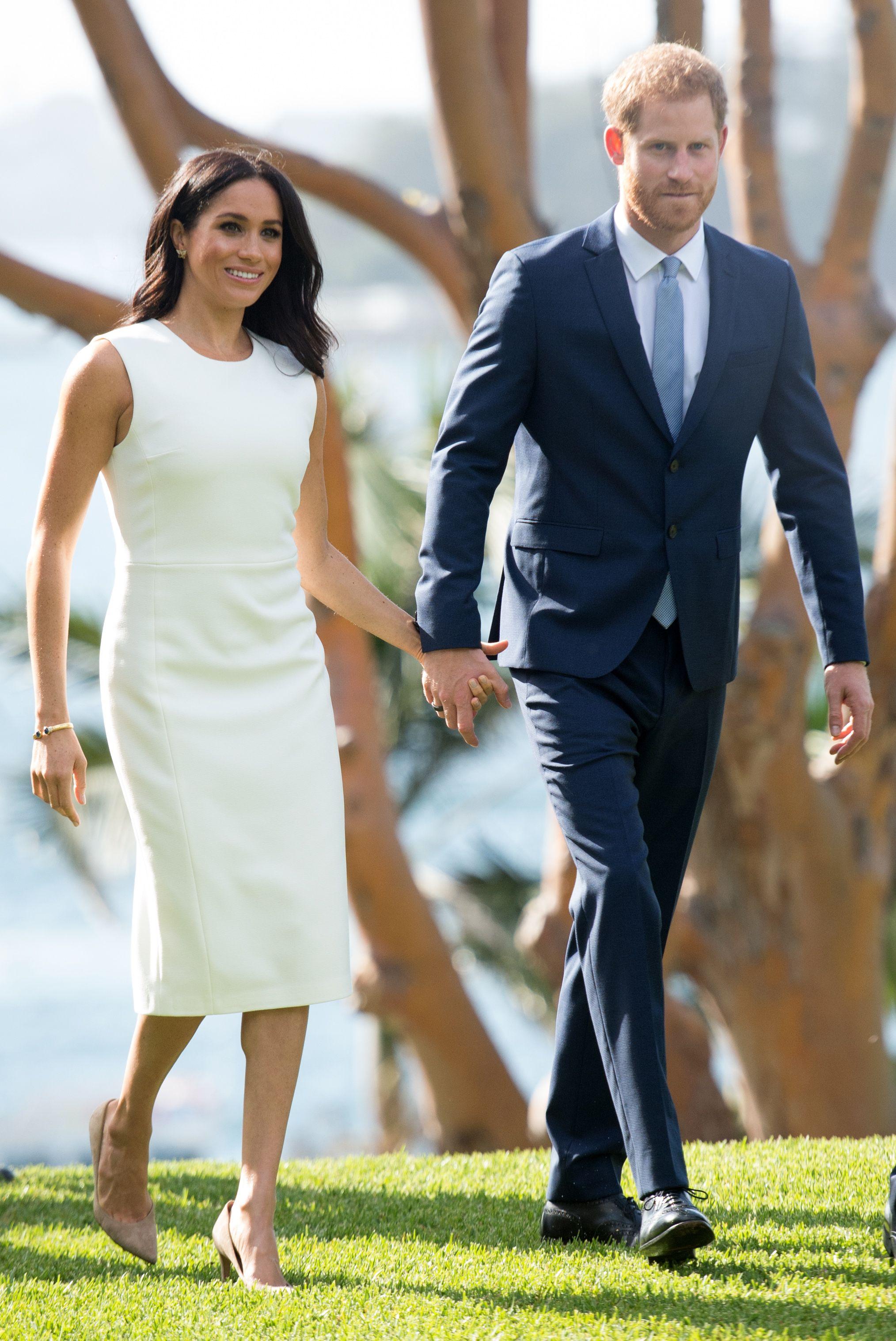 """Ảnh cũ lục lại: Cùng mặc một kiểu đầm trắng, Meghan Markle bị chê khí chất """"kém"""" hẳn so với Đệ nhất phu nhân Mỹ dù người mới 39 và người tận 50  - Ảnh 5."""