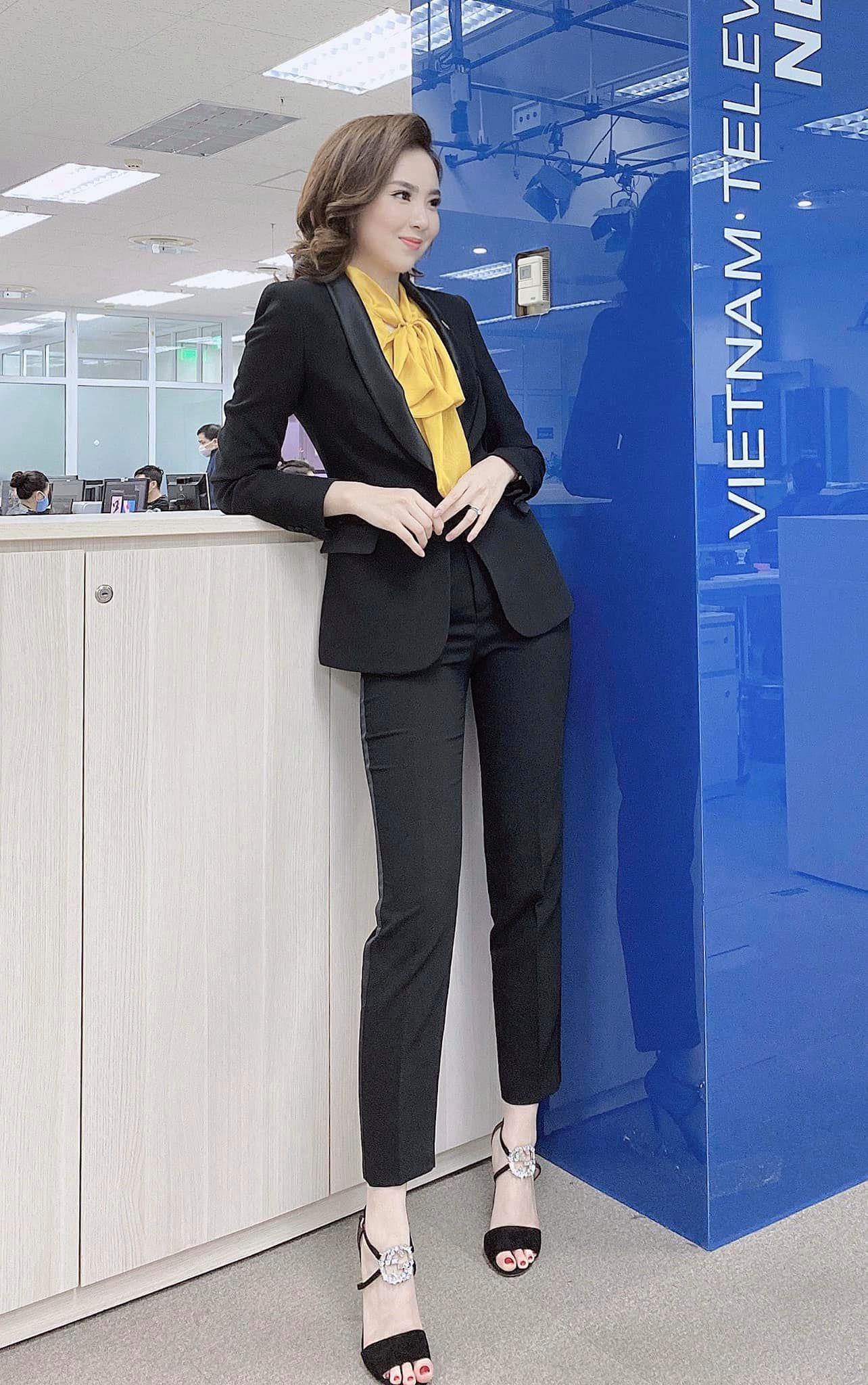 Nhìn MC Mai Ngọc là ra được khối ý tưởng diện lại đồ cũ mà vẫn ghi điểm mặc đẹp trong ngày giao mùa - Ảnh 3.