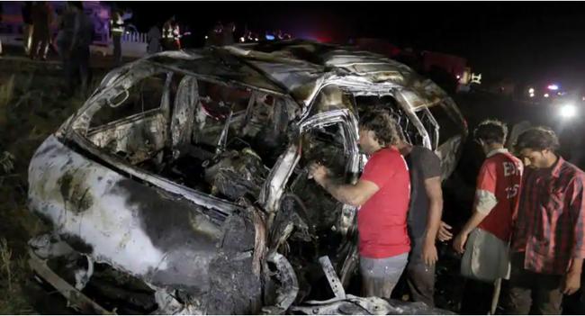 Cháy xe chở khách ở Pakistan, ít nhất 13 người thiệt mạng - Ảnh 1.