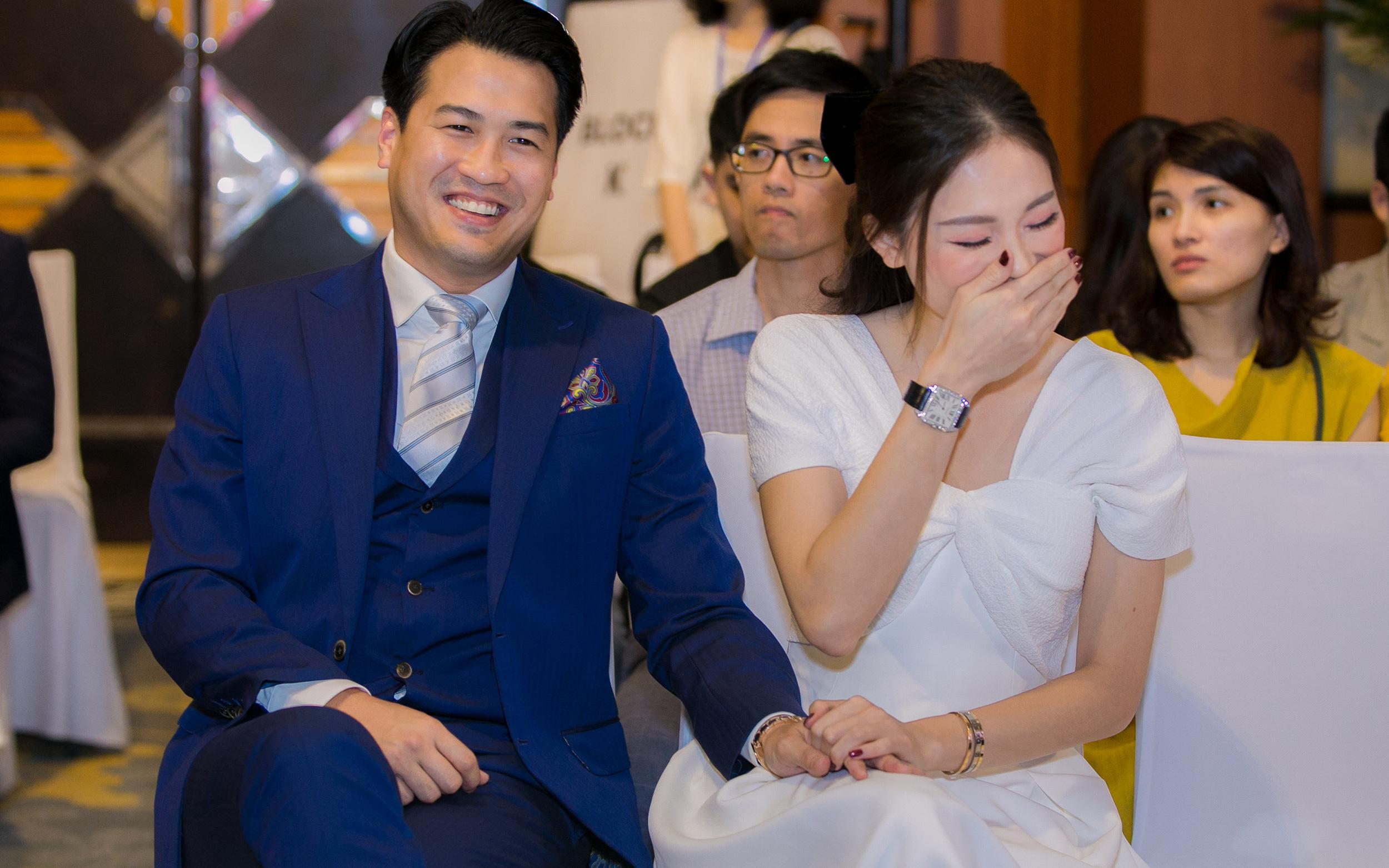 Linh Rin cười tít mắt, nắm tay Phillip Nguyễn không rời trong suốt show diễn thời trang