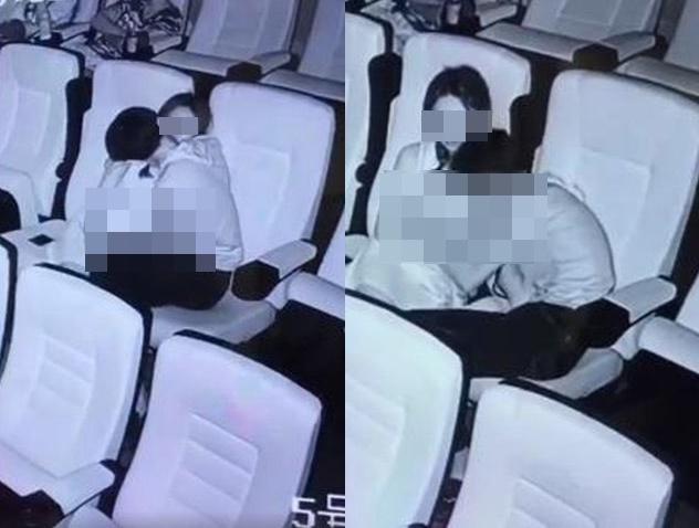 """Nam thanh niên dùng bàn tay hư hỏng sờ soạng bạn gái giữa rạp chiếu phim, đáng chú ý nhất là thái độ của """"khổ chủ"""" - Ảnh 1."""