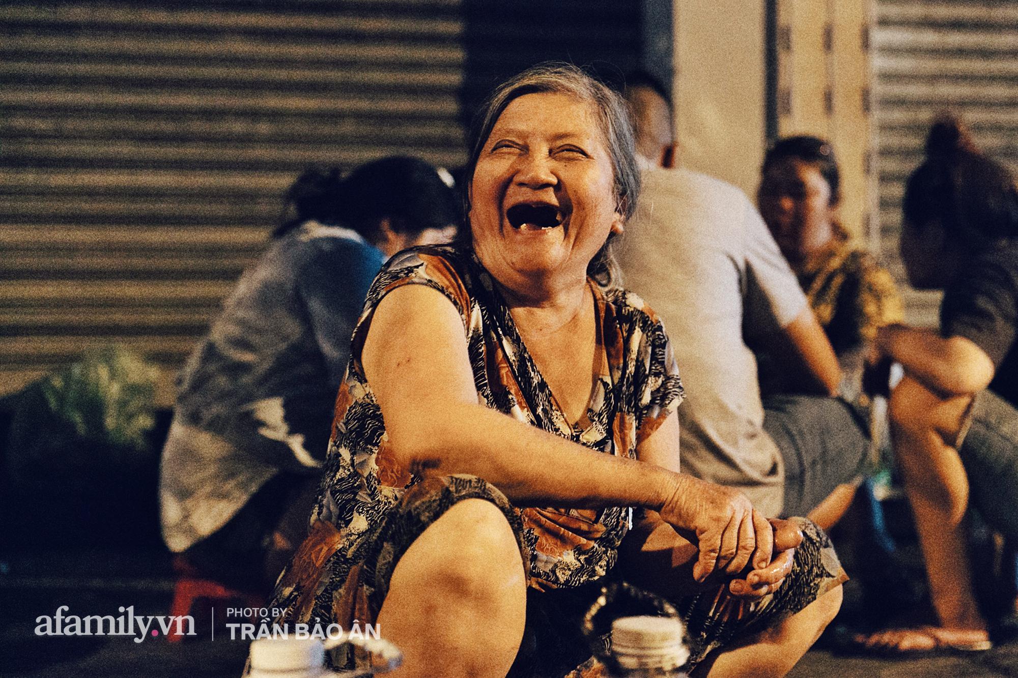 """Hàng """"ốc đèn đường"""" của bà cụ gần 70 tuổi đang nổi tiếng ở Sài Gòn, lạ đời khi khách tới thấy rẻ là than, nhiều người phụ bán không công chỉ trong 1 tiếng là hết sạch hàng - Ảnh 2."""