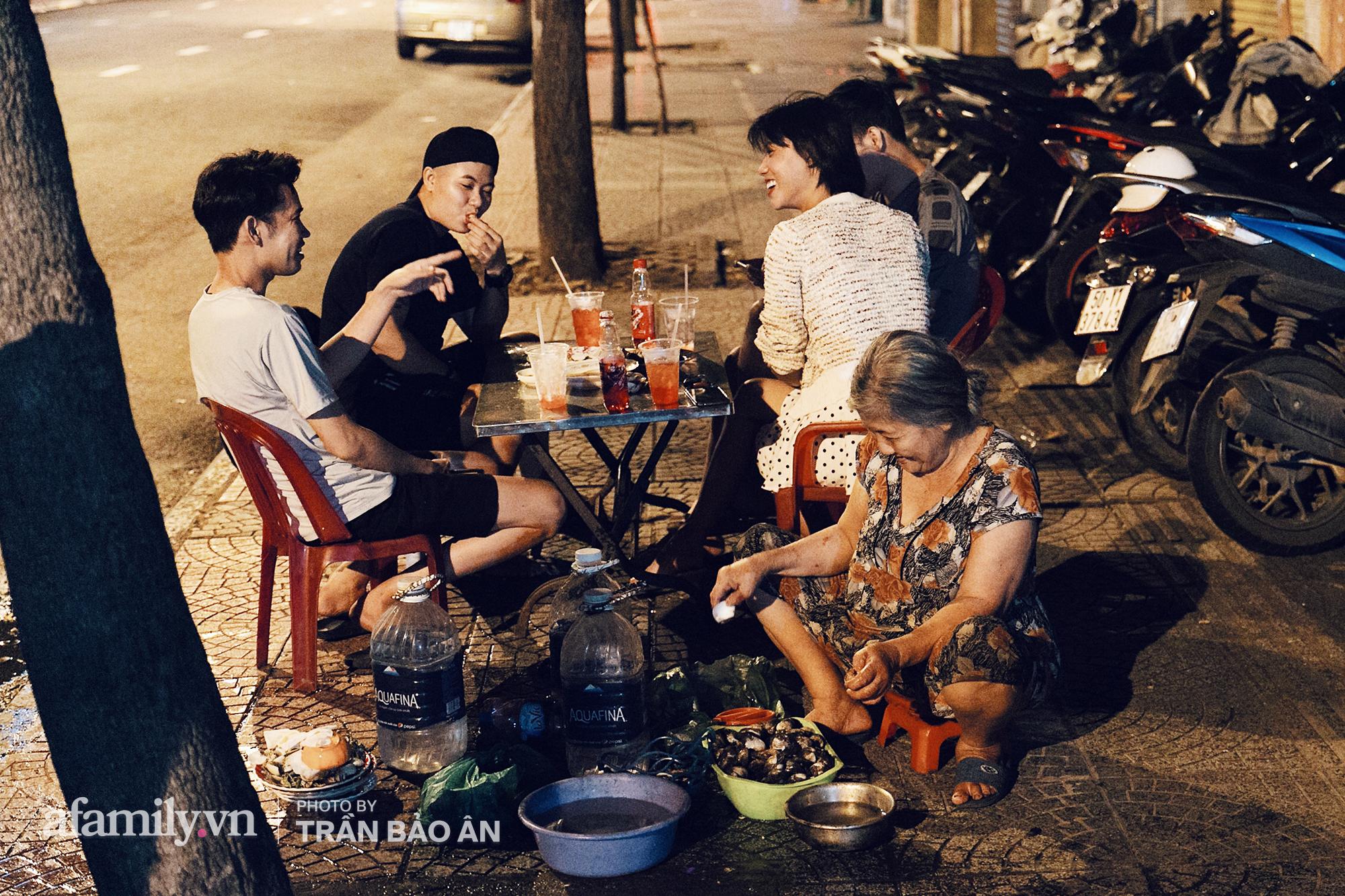 """Hàng """"ốc đèn đường"""" của bà cụ gần 70 tuổi đang nổi tiếng ở Sài Gòn, lạ đời khi khách tới thấy rẻ là than, nhiều người phụ bán không công chỉ trong 1 tiếng là hết sạch hàng - Ảnh 7."""