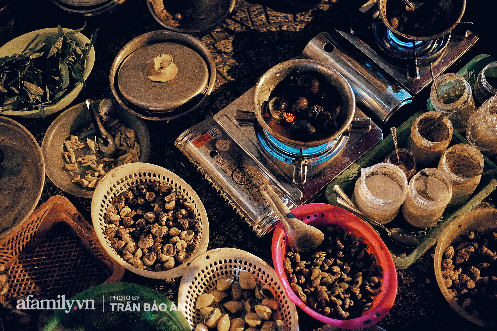 """Hàng """"ốc đèn đường"""" của bà cụ gần 70 tuổi đang nổi tiếng ở Sài Gòn, lạ đời khi khách tới thấy rẻ là than, nhiều người phụ bán không công chỉ trong 1 tiếng là hết sạch hàng - Ảnh 1."""