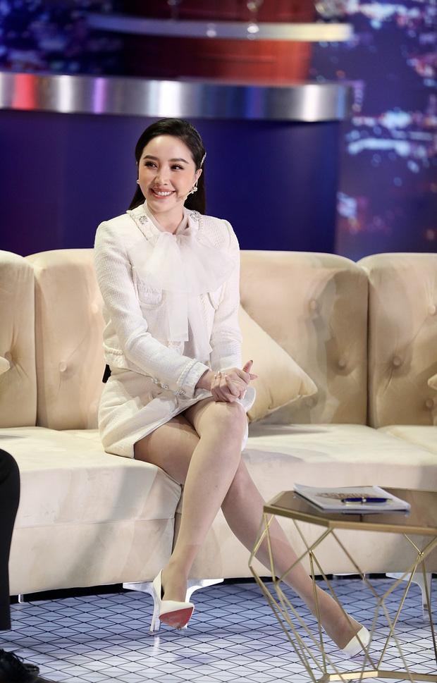 Lại chuyện dáng ngồi khi diện váy ngắn: Bảo Thy, Hương Giang suýt hớ hênh, ngồi thế nào cho thật tinh tế cũng là một kỹ năng - Ảnh 1.