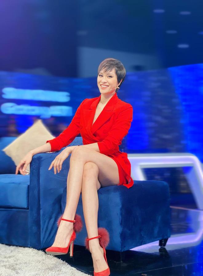 Lại chuyện dáng ngồi khi diện váy ngắn: Bảo Thy, Hương Giang suýt hớ hênh, ngồi thế nào cho thật tinh tế cũng là một kỹ năng - Ảnh 5.