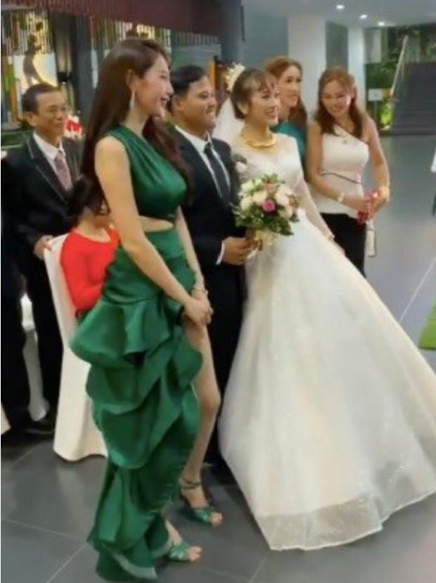 Thủy Tiên chơi trội lấn át cô dâu khi diện đầm đuôi cá xanh lá, nhưng khi biết sự thật ai cũng tấm tắc khen - Ảnh 1.