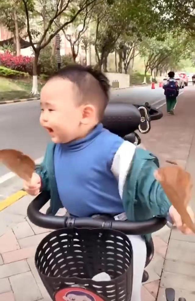 Đưa con trai đi dạo trên đường, gặp bạn gái xinh đẹp, phản ứng của bé trai khiến mẹ không ngừng cười - Ảnh 2.