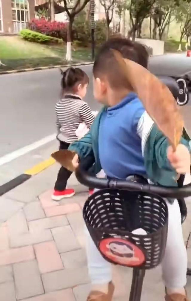 Đưa con trai đi dạo trên đường, gặp bạn gái xinh đẹp, phản ứng của bé trai khiến mẹ không ngừng cười - Ảnh 3.