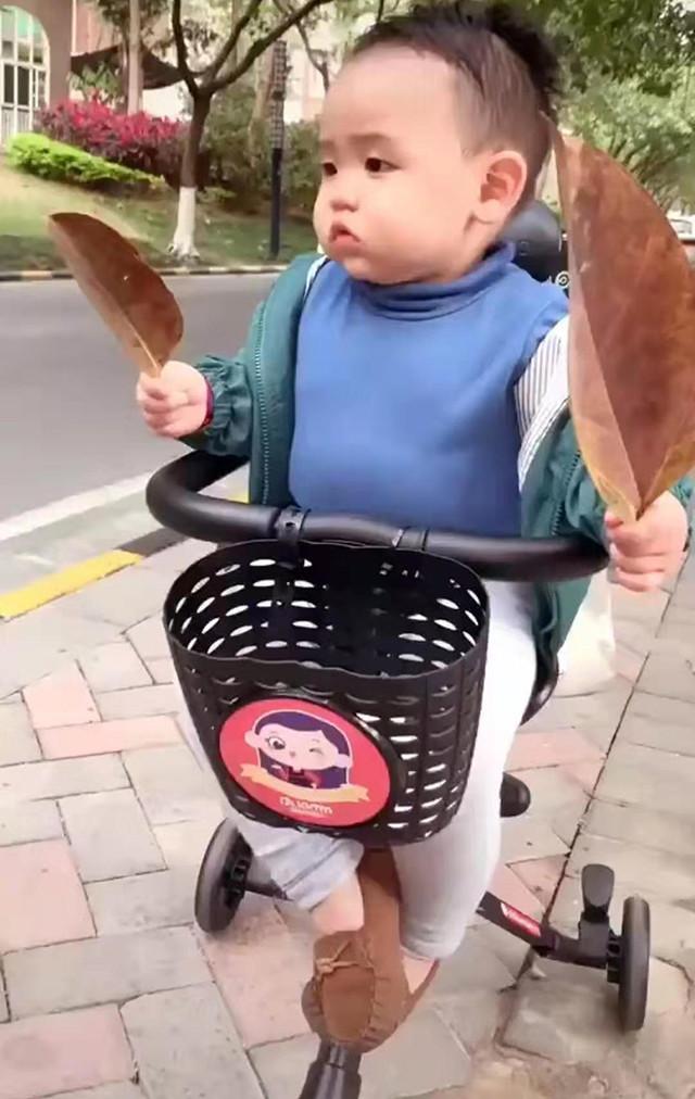 Đưa con trai đi dạo trên đường, gặp bạn gái xinh đẹp, phản ứng của bé trai khiến mẹ không ngừng cười - Ảnh 1.