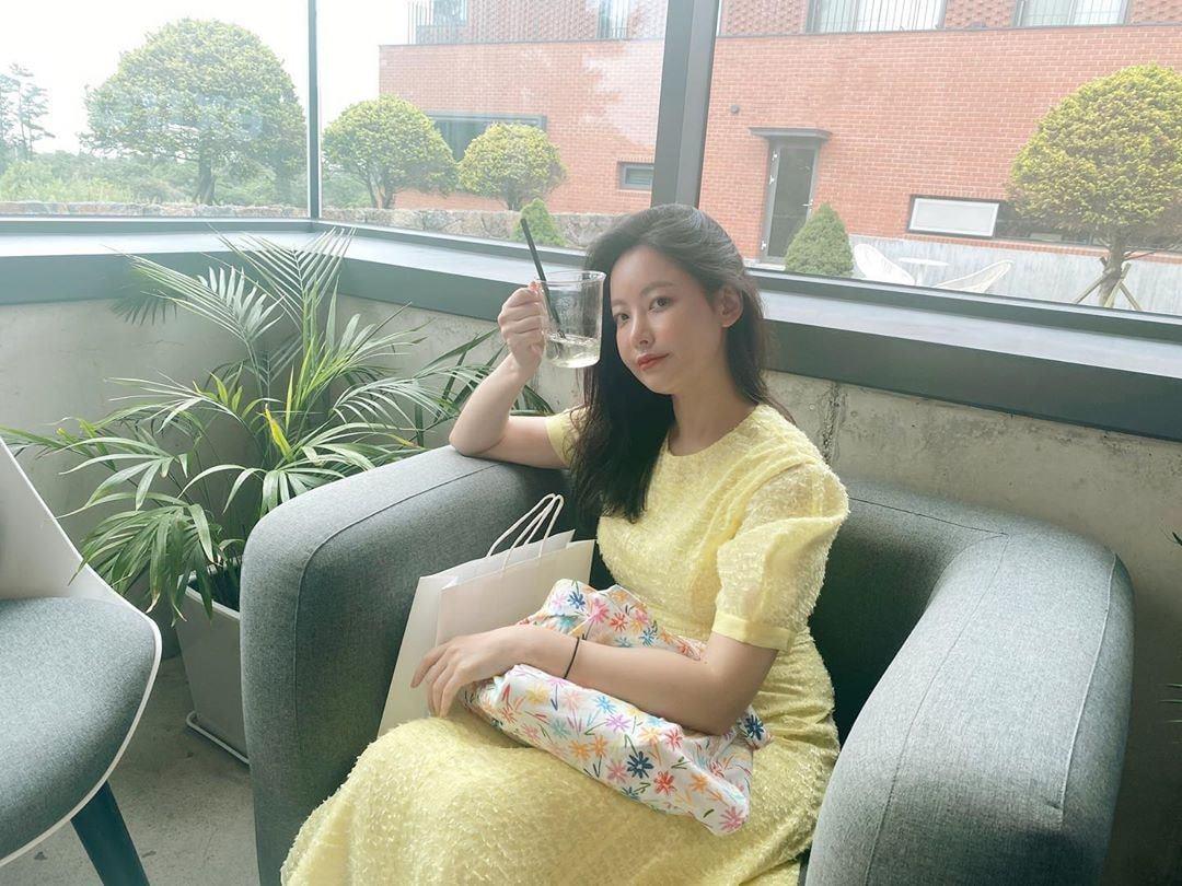 Sao Hàn diện váy liền mùa Thu: Nàng tiểu tam hot nhất xứ Hàn cũng góp vui với bộ váy hoa đẹp mê ly - Ảnh 8.