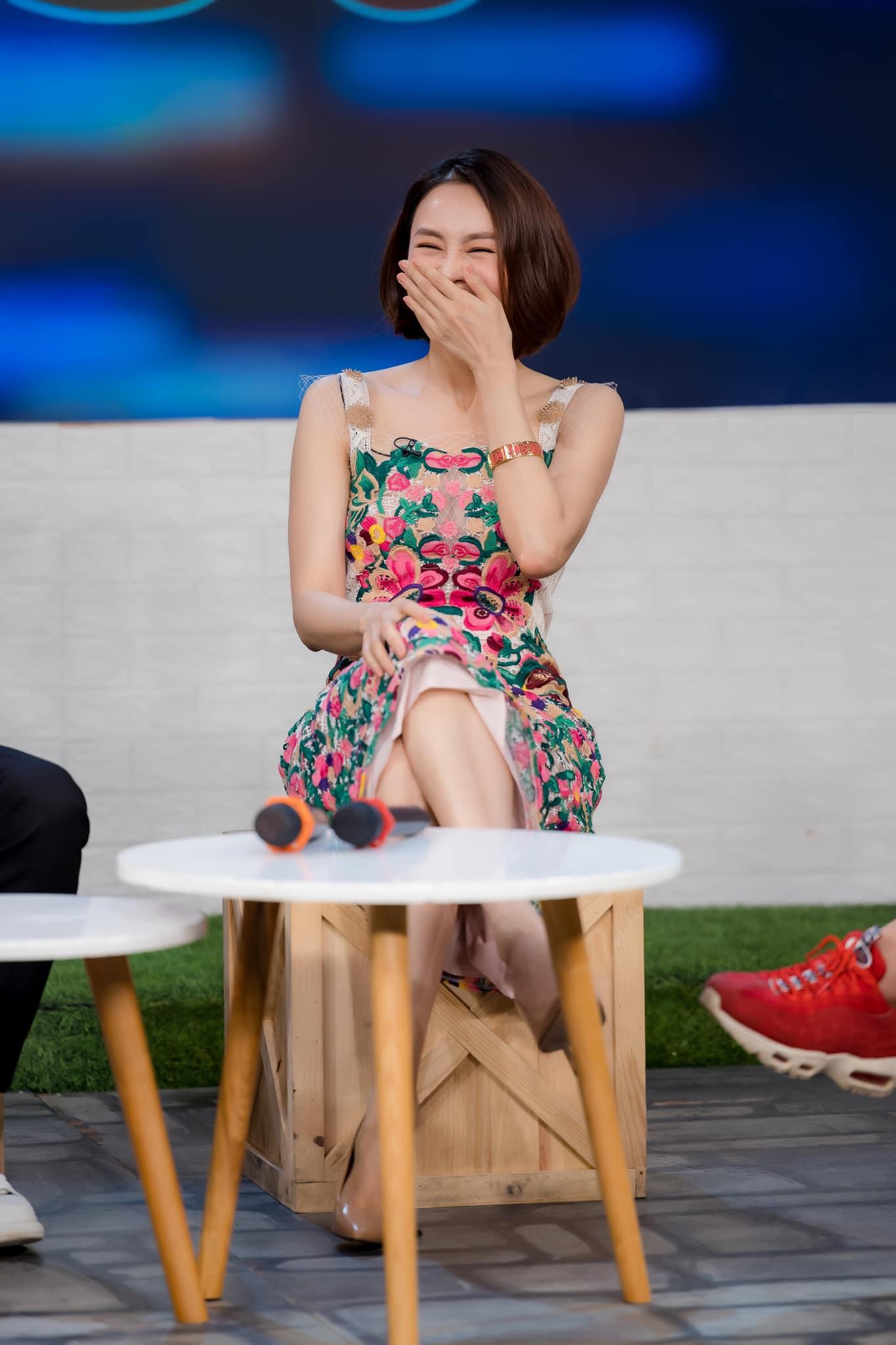 Hồng Diễm khác quá: Lên đồ chất như idol Kpop, choáng nhất là chiêu ăn vận hack dáng như photoshop kéo chân quá đà - Ảnh 12.
