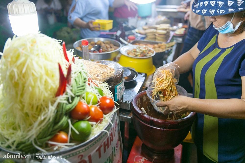 Đến phố lồng đèn ngỡ như lạc vào lễ hội ẩm thực của Sài Gòn, lạ miệng từ món Tây đến món ta - Ảnh 9.