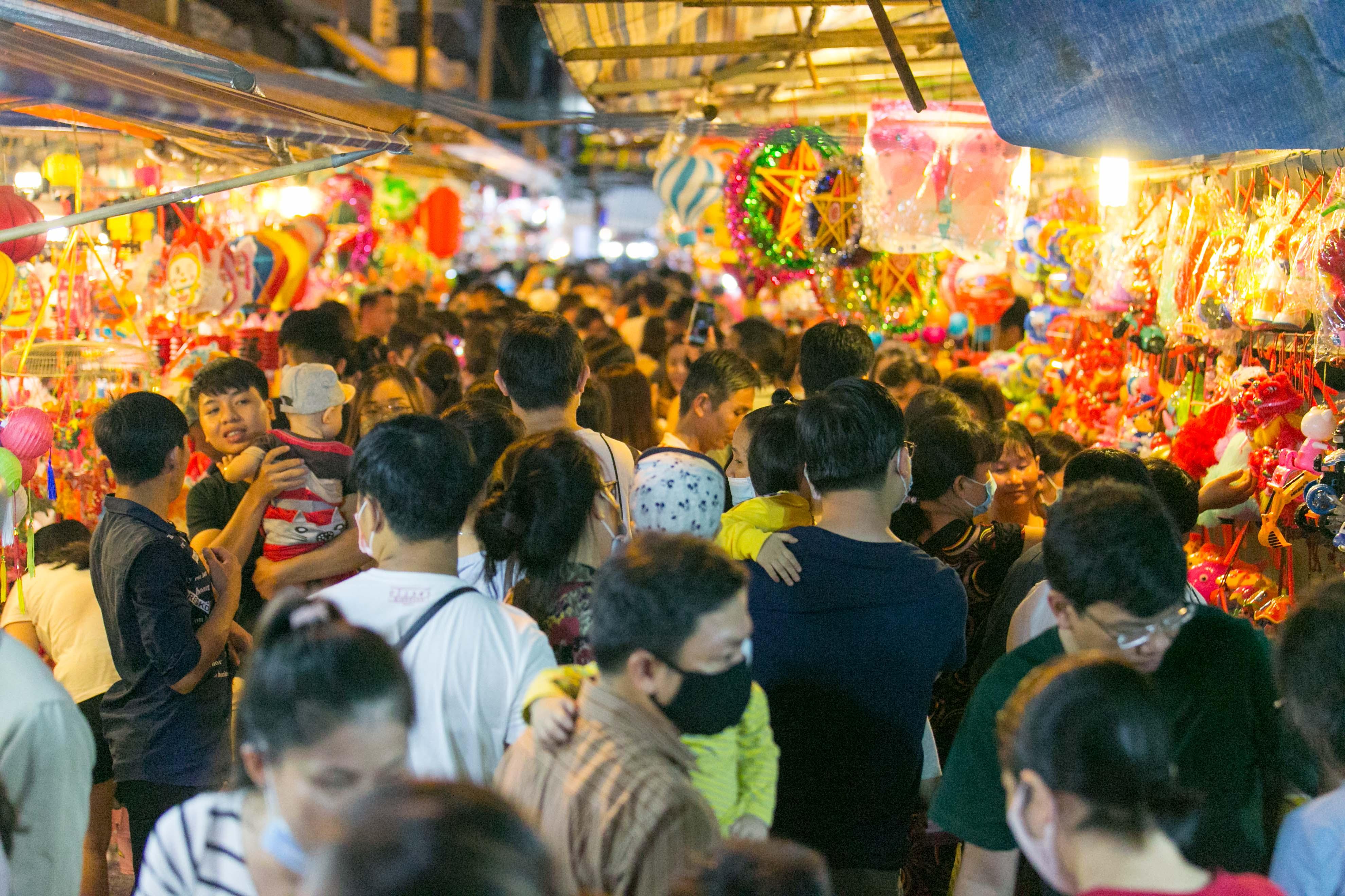 Đến phố lồng đèn ngỡ như lạc vào lễ hội ẩm thực của Sài Gòn, lạ miệng từ món Tây đến món ta - Ảnh 1.