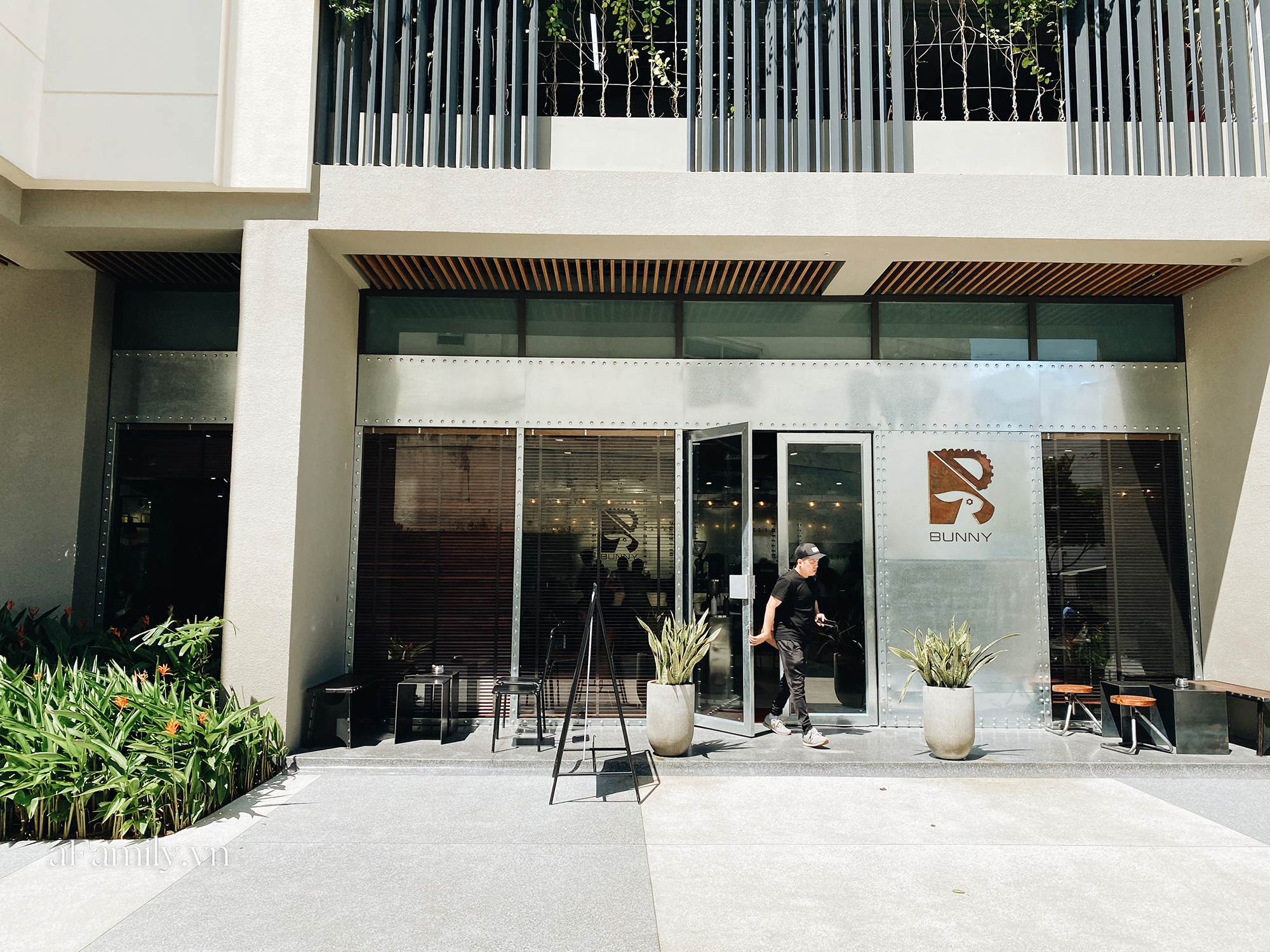 """Vừa thất bại đóng cửa quán cà phê đầu tiên tại trung tâm quận 1, chàng Bắp - Ngô Kiến Huy lại mở quán mới chỉ sau 1 năm nhưng lần này thật sự là """"choáng""""! - Ảnh 4."""