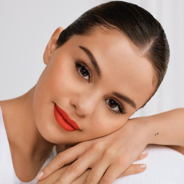 """Mỹ phẩm Rare Beauty của Selena Gomez ra mắt hoành tráng, fan nô nức mua bill """"khủng"""" dài như sớ - Ảnh 2."""