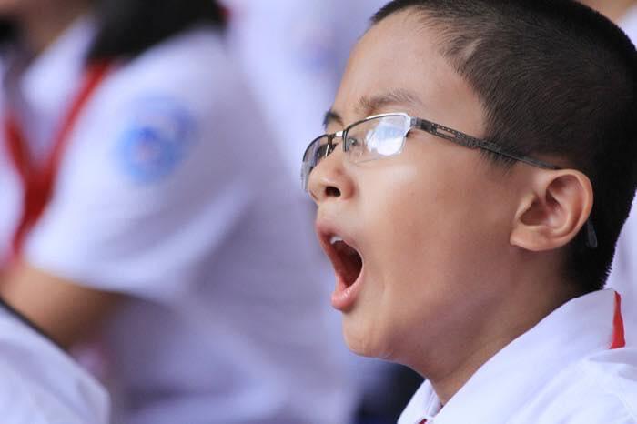 """""""Đặc sản"""" của mọi mùa khai giảng: Ngáp ngắn ngáp dài, ngáp chảy nước mắt, con đang buồn ngủ lắm mà sao cứ bắt đi học!   - Ảnh 1."""