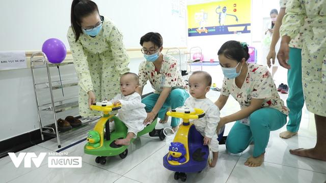 Chị em Song Nhi rủ nhau đua xe, bắt đầu những bài học đầu tiên - Ảnh 1.