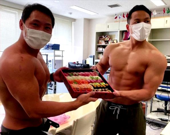 Nhà hàng sushi 60 năm tuổi ở Nhật gây sốt vì thuê VĐV thể hình làm shipper, cởi trần khoe múi khi đi giao đồ ăn cho khách - Ảnh 3.