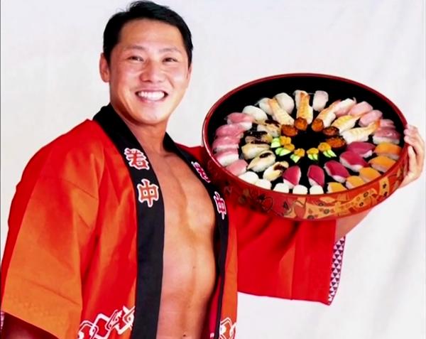 Nhà hàng sushi 60 năm tuổi ở Nhật gây sốt vì thuê VĐV thể hình làm shipper, cởi trần khoe múi khi đi giao đồ ăn cho khách - Ảnh 2.