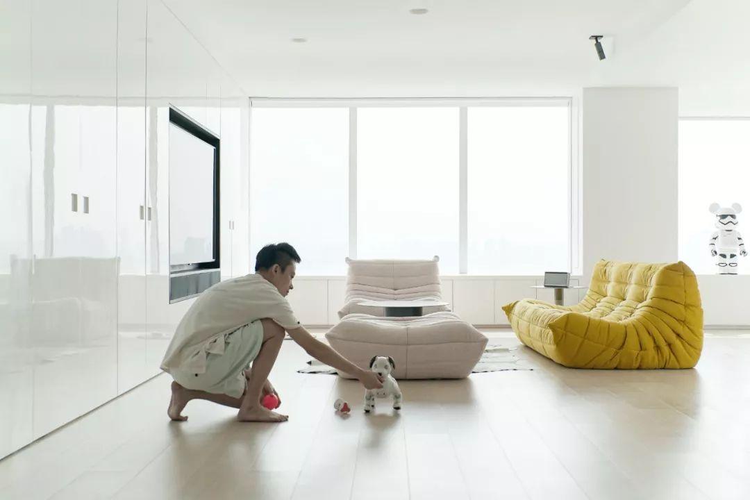 Căn hộ 200m² có khung cửa sổ rộng nhìn ra biển của chàng trai độc thân yêu công nghệ - Ảnh 3.