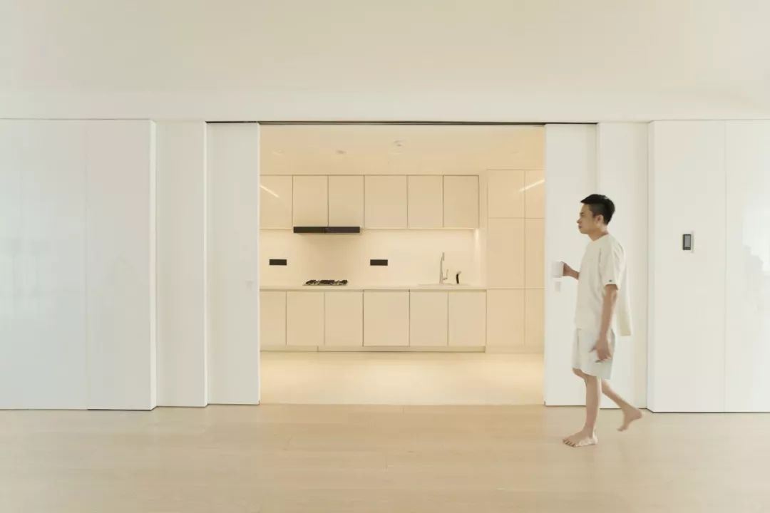 Căn hộ 200m² có khung cửa sổ rộng nhìn ra biển của chàng trai độc thân yêu công nghệ - Ảnh 2.