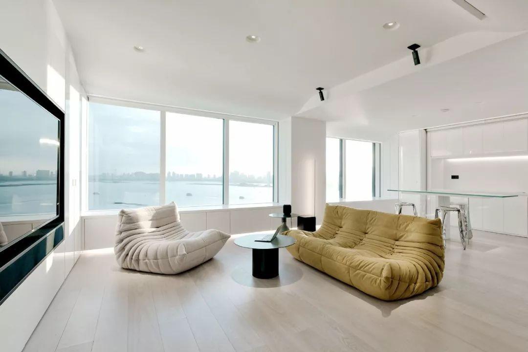 Căn hộ 200m² có khung cửa sổ rộng nhìn ra biển của chàng trai độc thân yêu công nghệ - Ảnh 1.