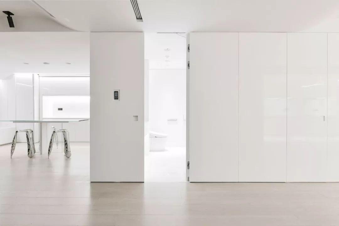 Căn hộ 200m² có khung cửa sổ rộng nhìn ra biển của chàng trai độc thân yêu công nghệ - Ảnh 4.