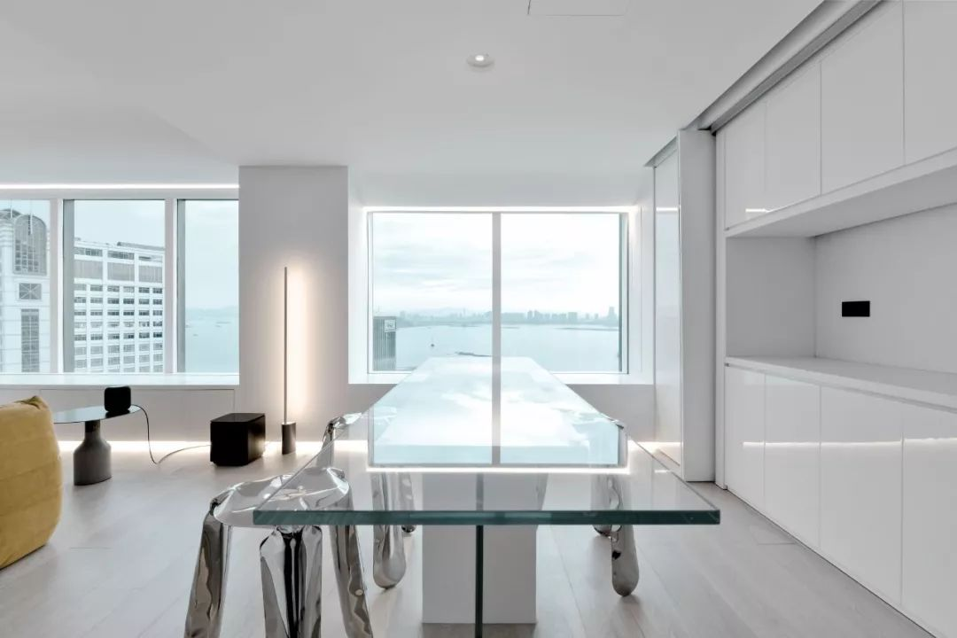 Căn hộ 200m² có khung cửa sổ rộng nhìn ra biển của chàng trai độc thân yêu công nghệ - Ảnh 15.