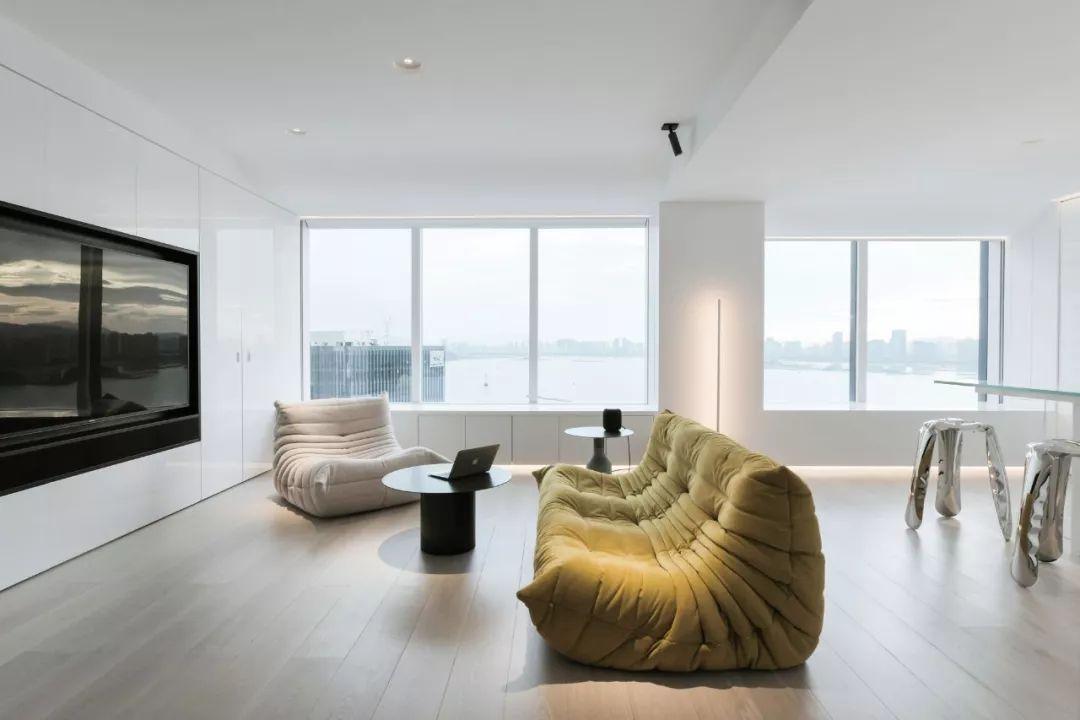 Căn hộ 200m² có khung cửa sổ rộng nhìn ra biển của chàng trai độc thân yêu công nghệ - Ảnh 16.