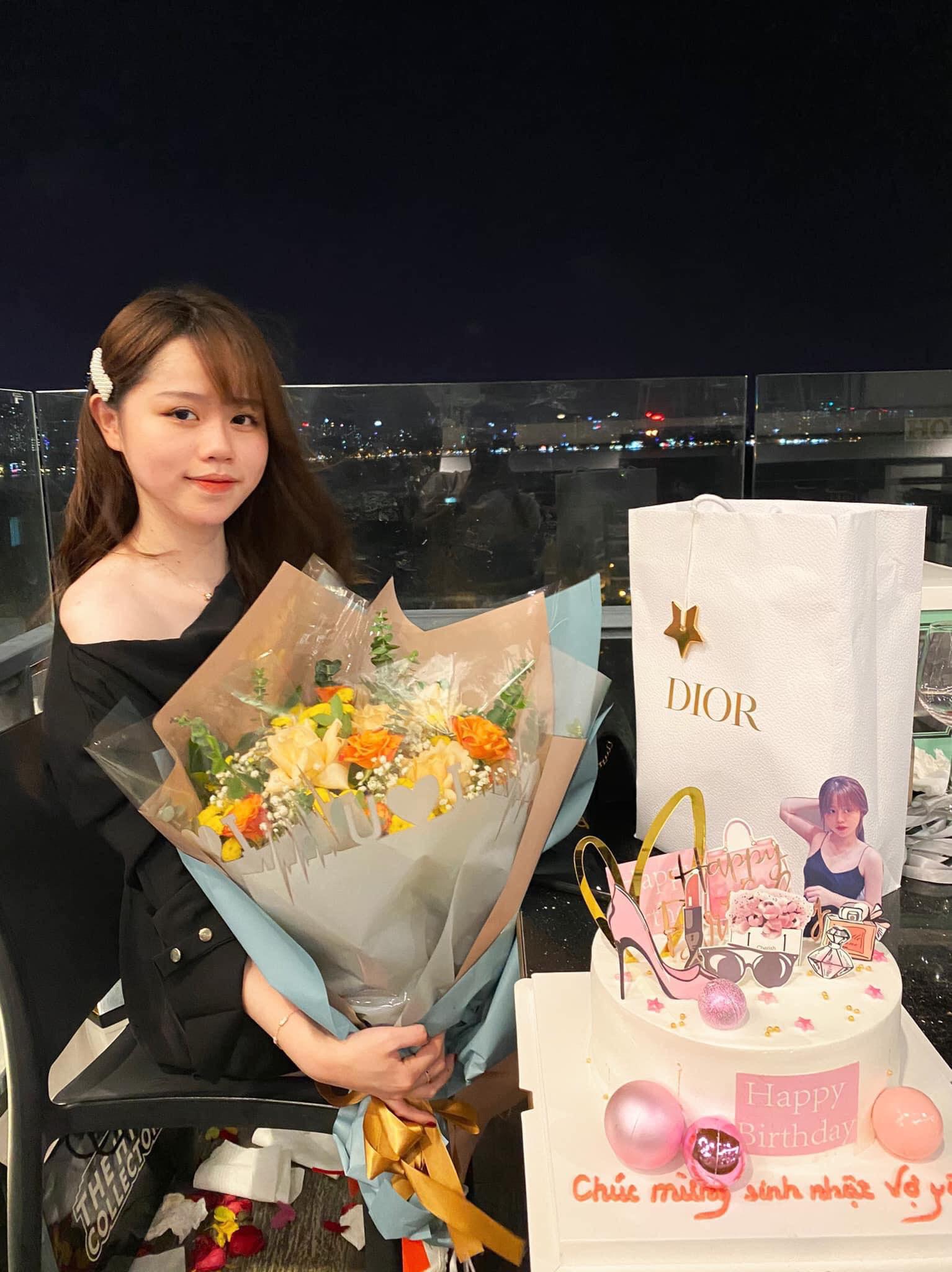 """Chỉ qua góc ảnh lấp ló, hội """"cú vọ"""" đã soi ra quà sinh nhật Quang Hải tặng """"vợ yêu"""" Huỳnh Anh là túi Dior gần trăm triệu - Ảnh 1."""