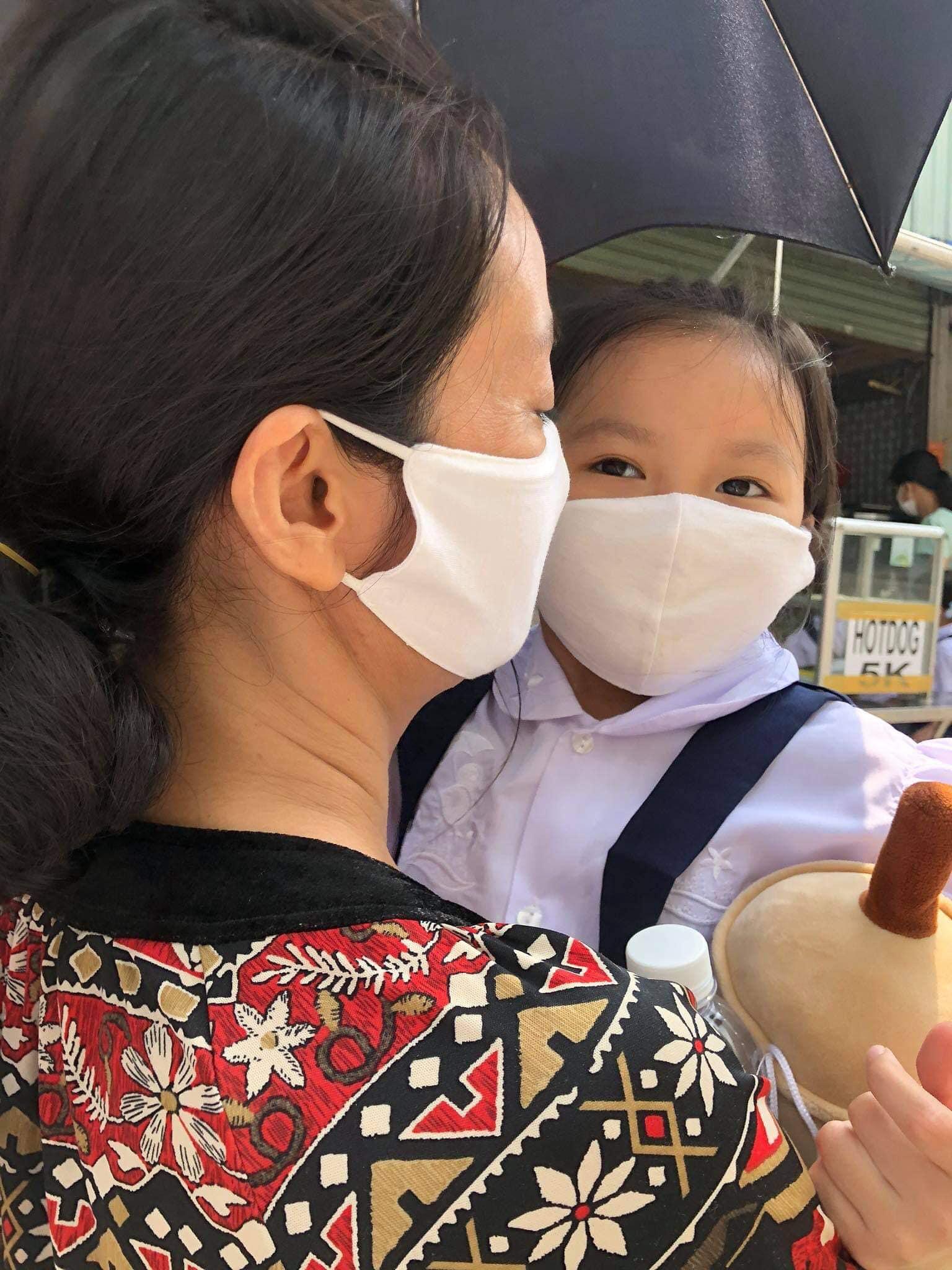 Dàn sao Việt đưa con vào lớp 1: Con trai Tuấn Hưng được khen dạn dĩ, đáng chú ý nhất là 1001 dụng cụ mang theo đi học của con gái diễn viên Hạnh Thuý  - Ảnh 4.