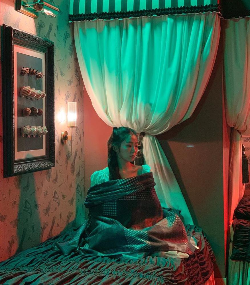 Thánh soi cũng phải thua Irene: Cứ mặc váy chụp hình là quấn khăn kín mít, đợi chị lộ hàng chắc không bao giờ có - Ảnh 8.