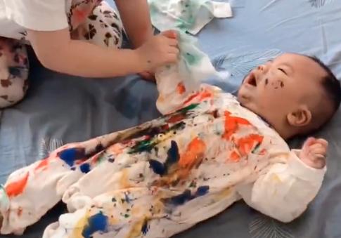 Vừa ra ngoài vào phòng đã thấy con trai biến thành tranh sơn dầu lúc nào không hay - Ảnh 1.