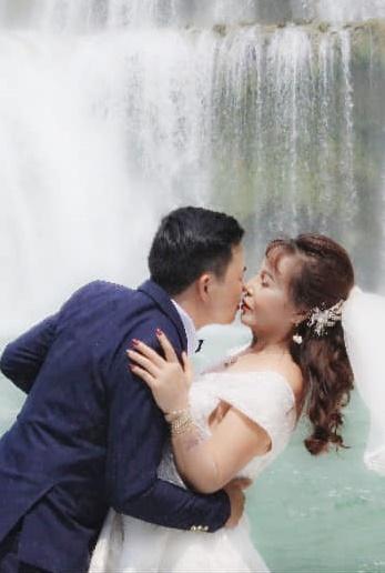 """Cô dâu 63 tuổi ở Cao Bằng khoe ảnh mặc váy trắng kỷ niệm 2 năm ngày cưới, cư dân mạng ngao ngán thở dài với biểu cảm """"quá lố"""" của hai vợ chồng - Ảnh 2."""