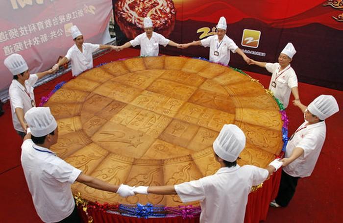 """Điểm danh loạt bánh Trung thu """"siêu to khổng lồ"""", có chiếc làm từ 4.000 lòng đỏ trứng với trọng lượng lên tới 13 tấn  - Ảnh 10."""